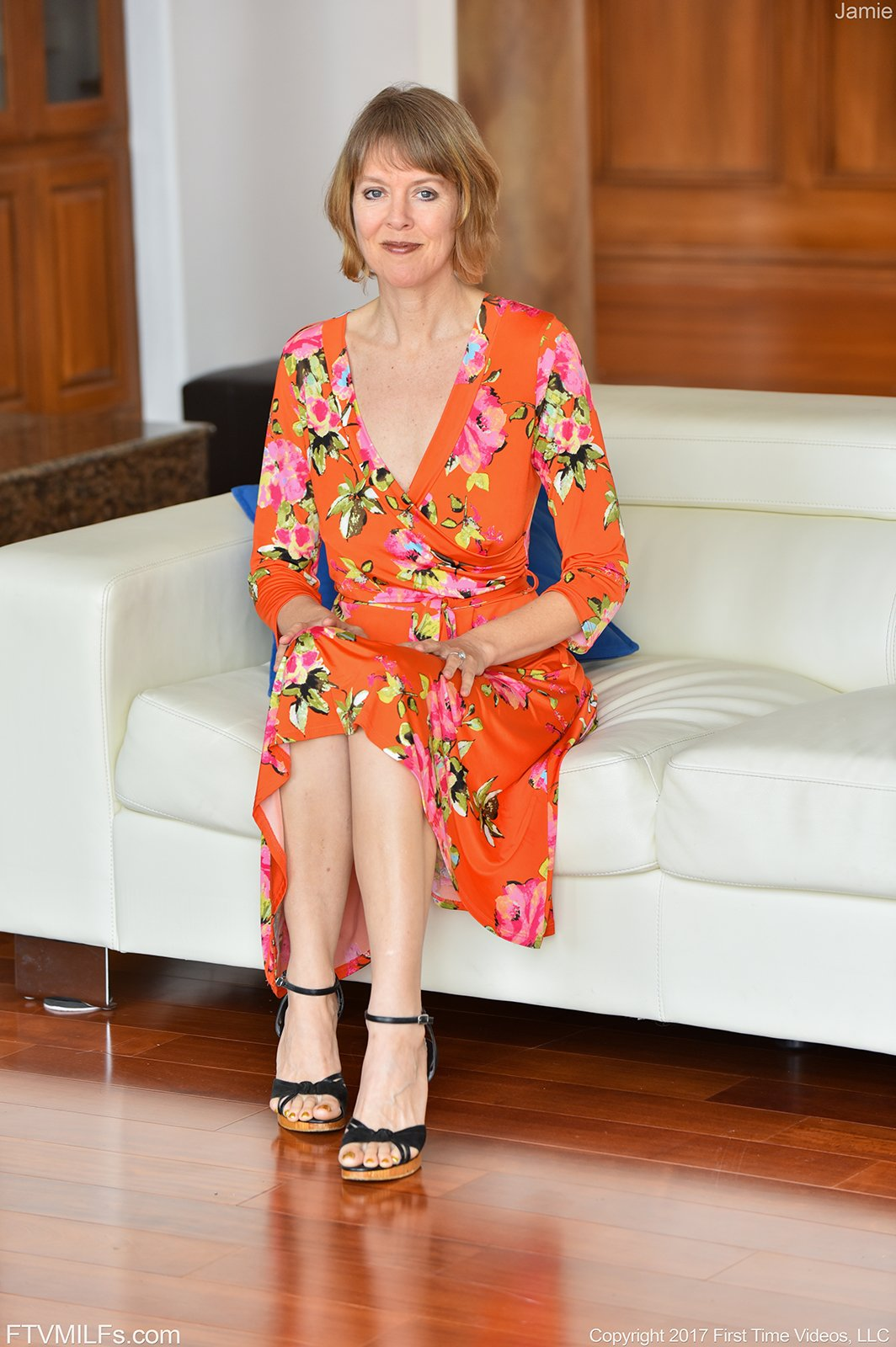 Short-haired MILF in high heels presenting her middle-aged